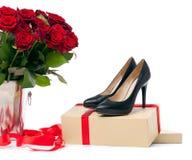 Paires de chaussures femelles et groupe de roses au-dessus de blanc Photo libre de droits
