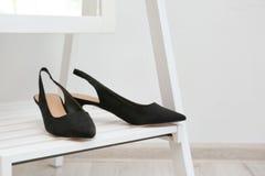 Paires de chaussures femelles sur l'étagère de miroir de plancher Photos libres de droits
