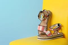 Paires de chaussures femelles sur la chaise photographie stock