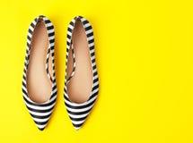 Paires de chaussures femelles sur le fond de couleur photo stock