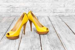 Paires de chaussures de femme sur un plancher en bois avec l'espace libre pour le texte Thème de talons hauts, d'achats et de ven Photos stock