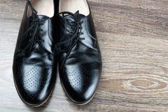 Paires de chaussures modernes classiques noires Photographie stock libre de droits