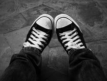 Paires de chaussures noires et blanches Photographie stock libre de droits
