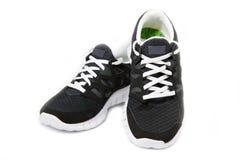 Paires de chaussures noires et blanches de sports Photographie stock libre de droits