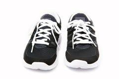 Paires de chaussures noires et blanches de sports Photographie stock