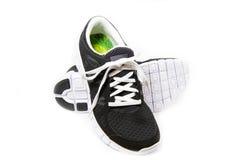 Paires de chaussures noires et blanches de sports Images libres de droits