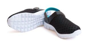 Paires de chaussures noires sur un fond blanc avec le chemin de coupure Image stock