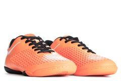 Paires de chaussures oranges de sport sur le fond blanc Image libre de droits
