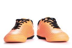 Paires de chaussures oranges de sport sur le fond blanc Photos libres de droits