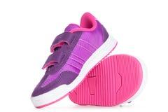 Paires de chaussures roses de sport sur le fond blanc Photo libre de droits