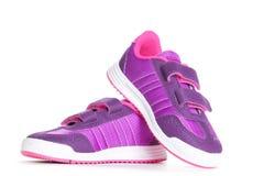 Paires de chaussures roses de sport sur le fond blanc Images libres de droits