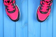 Paires de chaussures roses de sport sur les conseils bleus, l'espace de copie pour le texte Photo stock