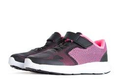 Paires de chaussures roses et noires de sport sur le fond blanc Photo stock