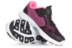 Paires de chaussures roses et noires de sport sur le fond blanc Image stock