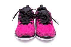 Paires de chaussures roses et noires de femme de sport d'isolement sur le fond blanc Photo stock