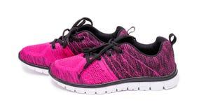 Paires de chaussures roses et noires de femme de sport d'isolement sur le fond blanc Image libre de droits