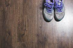 Paires de chaussures de sport sur le fond en bois Photographie stock libre de droits