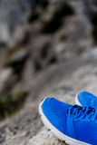 Paires de chaussures sur des montagnes Photo libre de droits