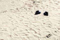 Paires de chaussures sur la plage photographie stock libre de droits