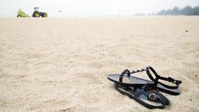 Paires de chaussures sur le sable photographie stock