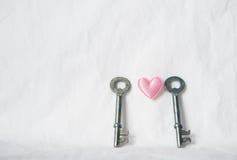 Paires de clé en métal avec le coeur rose Photo libre de droits