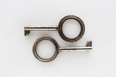 Paires de clés sur le fond blanc d'isolement - le vintage objecte Image stock