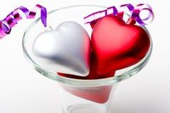 Paires de coeurs en jour de Valentines de vase en verre Photo stock
