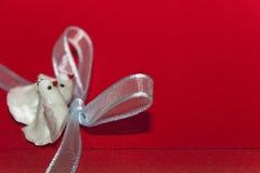 Paires de colombes blanches sur une enveloppe Photographie stock