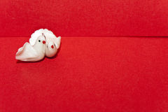 Paires de colombes blanches sur une enveloppe Photo stock