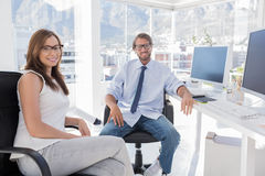 Paires de concepteurs s'asseyant dans le bureau Photos libres de droits