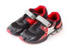Paires de couleurs de chaussures de sports, noires et rouges Image stock