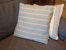 Paires de coussins rayés sur le sofa Photo libre de droits