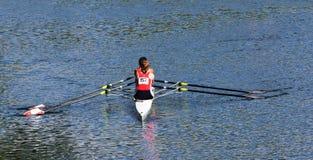Paires de dames Sculling sur la rivière Ouse à St Neots photos stock