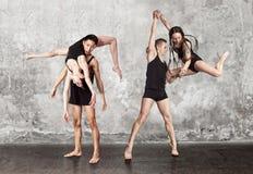 Paires de danser la danse contemporaine image stock