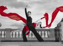 Paires de danseurs dansant la salle de bal Photos libres de droits