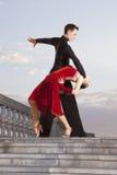 Paires de danseurs dansant la salle de bal Photo libre de droits