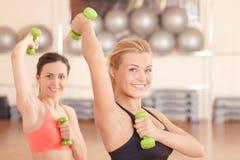 Paires de femmes faisant la forme physique de poids Images libres de droits