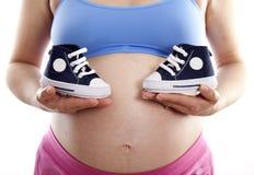 Paires de fixation de femme enceinte de chaussures bleues Image stock