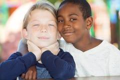 Paires de frères adoptés ensemble Photographie stock libre de droits