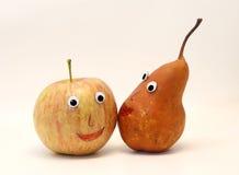 Paires de fruits pomme et POIRE avec des yeux Photos stock