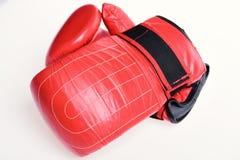 Paires de gants de boxe en cuir rouges d'isolement sur le blanc Sports et concep de championnat photos libres de droits