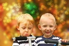 Paires de garçons blonds déçus et heureux images libres de droits