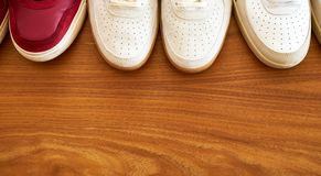Paires de Hree de chaussures rouges et blanches d'espadrille sur une surface en bois Photo stock