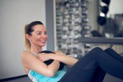 Paires de jeunes femmes adultes faisant la formation de muscle abdominal image libre de droits