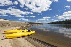 Paires de kayaks jaunes sur le beau lac S mountain Image libre de droits