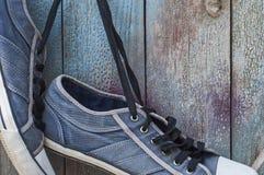 Paires de la vieille chaussure bleue portée accrochant sur un clou Images libres de droits