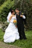 Paires de mariage en stationnement Photos libres de droits