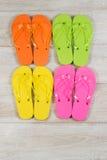 Paires de nouvelles sandales placées sur le bois fané image libre de droits
