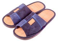 Paires de pantoufles bleues de textile sur le plan rapproché blanc de fond Image stock