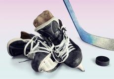 Paires de patins d'hockey sur le fond Photo libre de droits